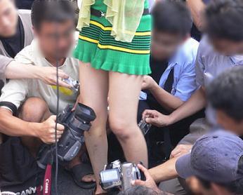 【ローアングラーエロ画像】これがカメコの本気…イベント会場でコスプレイヤーの股間を狙う執着心がすげーwww その5