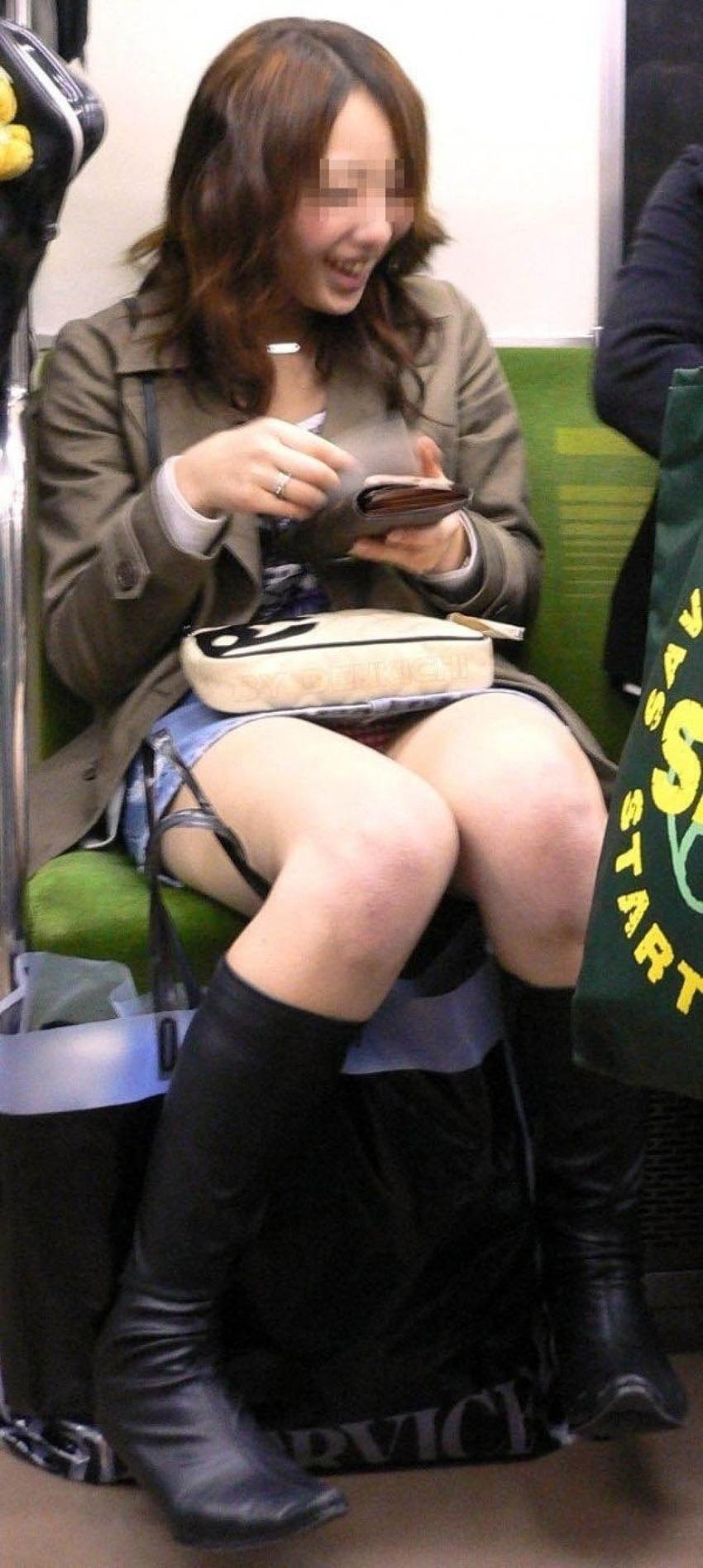 【電車内盗撮エロ画像】電車で対面に座ったお姉さんの股間が罠じゃないかというほどまる見えなんだがwww その9