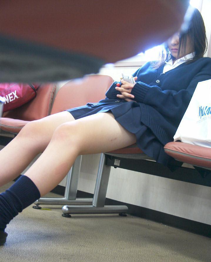 【街撮りJKエロ画像】電車待ちしてる女子高生の無意識な太ももがムラムラしてくる街撮り画像が素敵過ぎるwwww その14