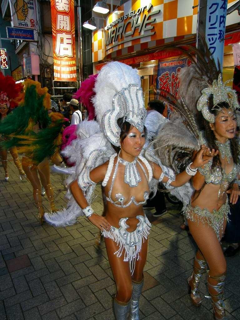 【サンバエロ画像】もう日本の伝統になりつつあるサンバカーニバル…真っ昼間から半裸で踊り狂ううおねーさんがそそるwww その3