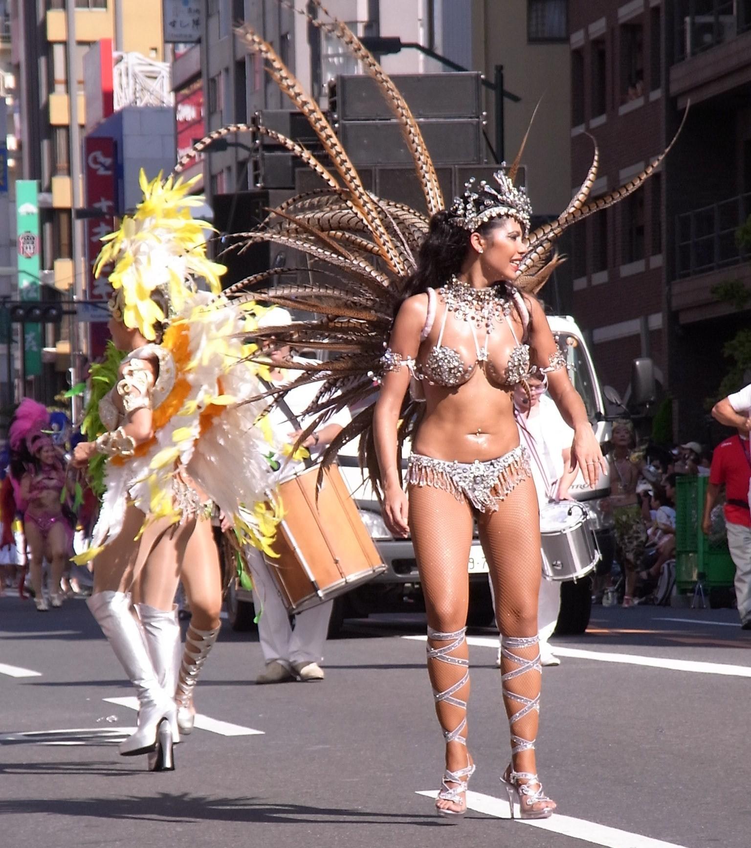 【サンバエロ画像】もう日本の伝統になりつつあるサンバカーニバル…真っ昼間から半裸で踊り狂ううおねーさんがそそるwww その4
