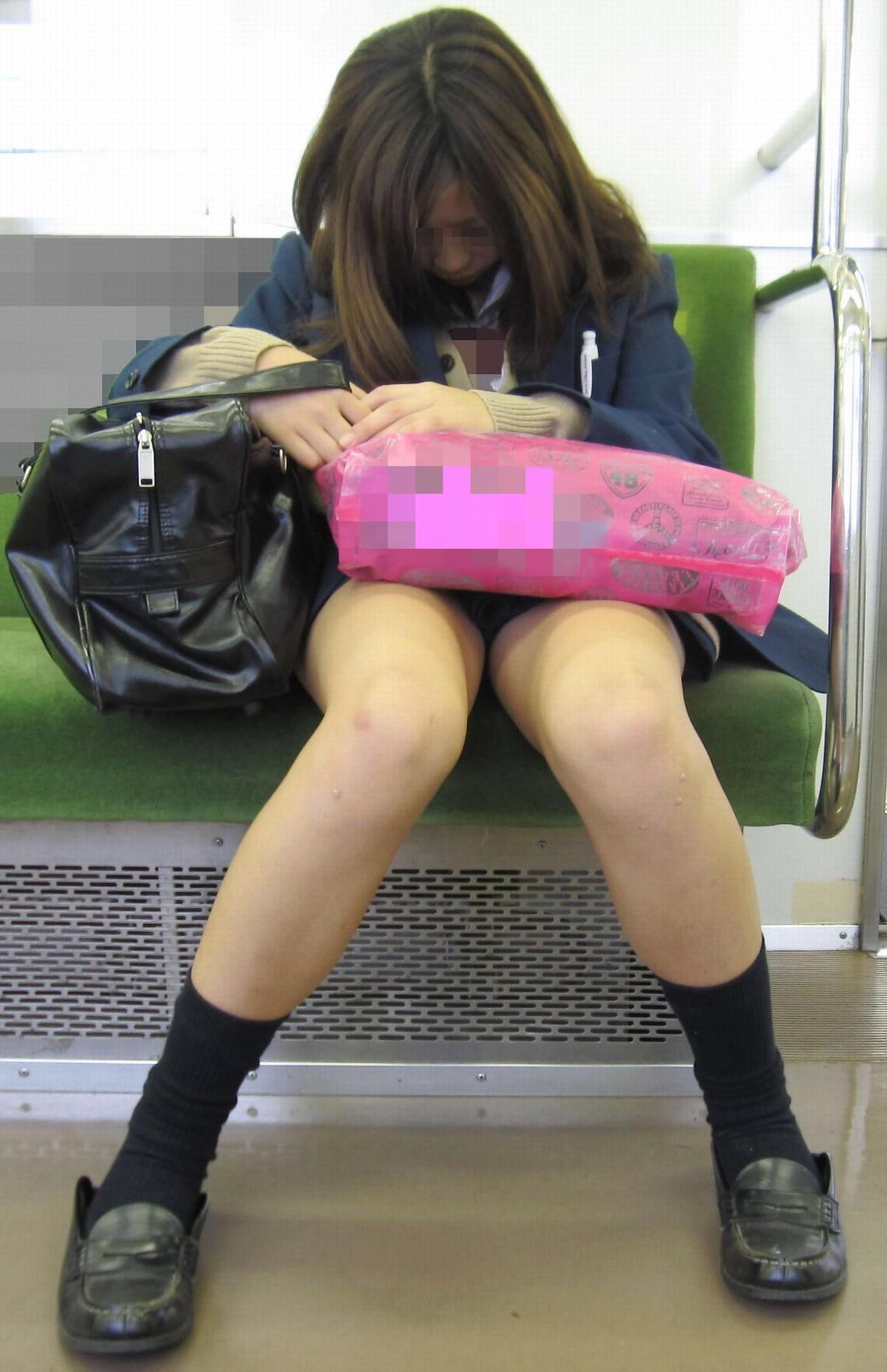 【電車内盗撮エロ画像】まる見え過ぎてドン引き…電車で対面に座ってる女の子が痴女じゃないかと疑うwwww その6