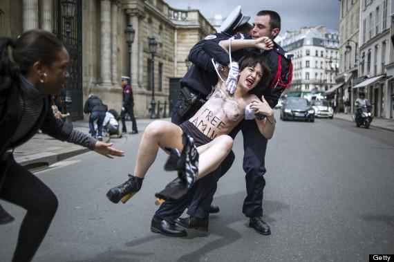 【トップレスデモエロ画像】警察官もなぜ前屈みwww海外のおっぱいまる出しデモ摘発の瞬間wwww その8