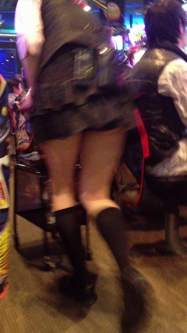 【パチンコ屋エロ画像】実はパンチラスポットとして超有能なのがパチンコ屋!アンスコの隙間から見える店員さんの生パンツがエロいwww その5