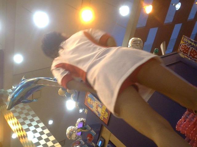 【パチンコ屋エロ画像】実はパンチラスポットとして超有能なのがパチンコ屋!アンスコの隙間から見える店員さんの生パンツがエロいwww その10