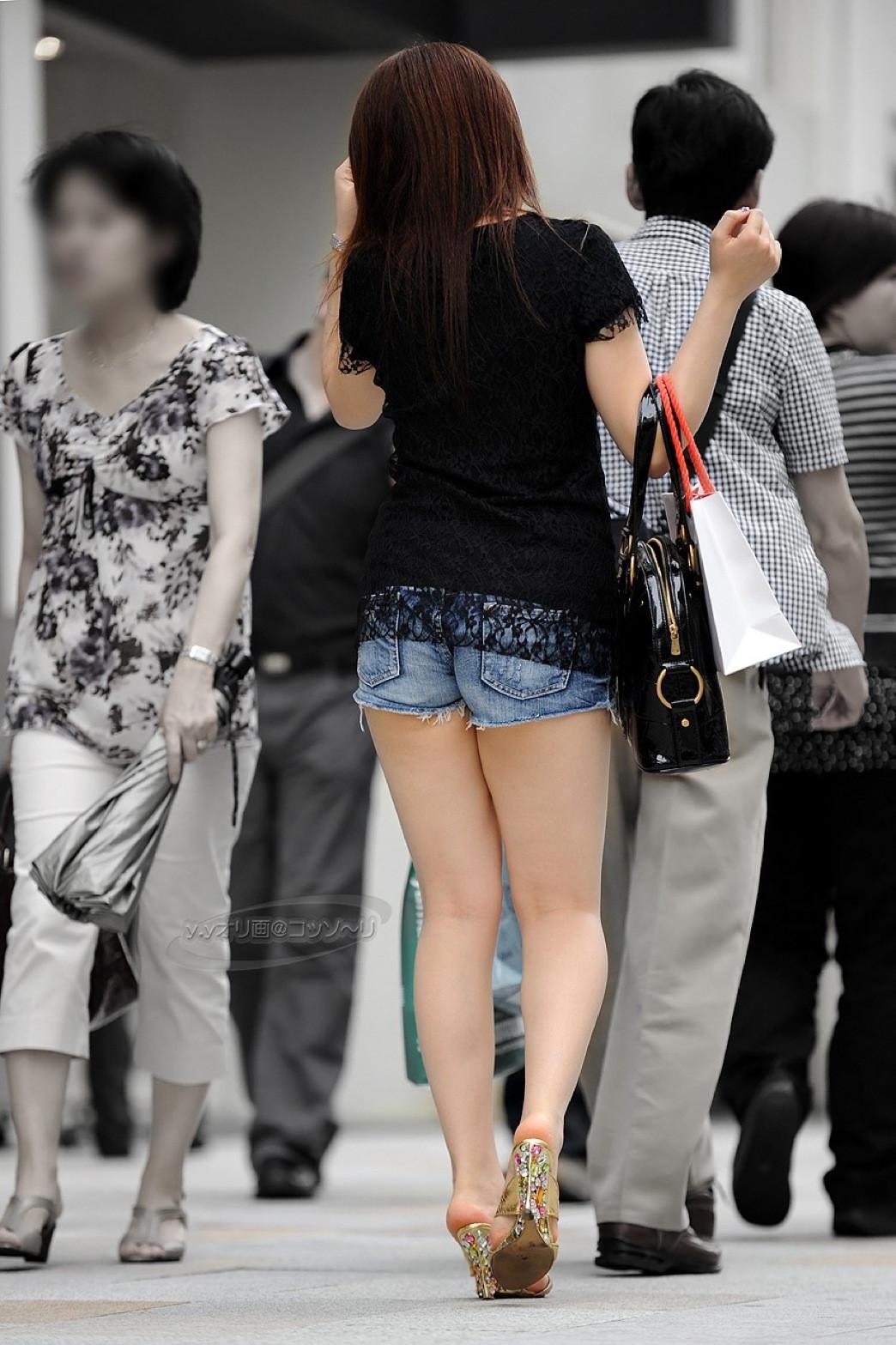 【街撮りエロ画像】夏が待ちきれないっ!ビッチなギャルの過激なファッションが露出し過ぎてレイプ不可避wwww その3