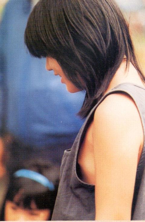 【胸チラエロ画像】貧乳なおねーさんの胸チラが色々と見え過ぎててヤバいwwww その1