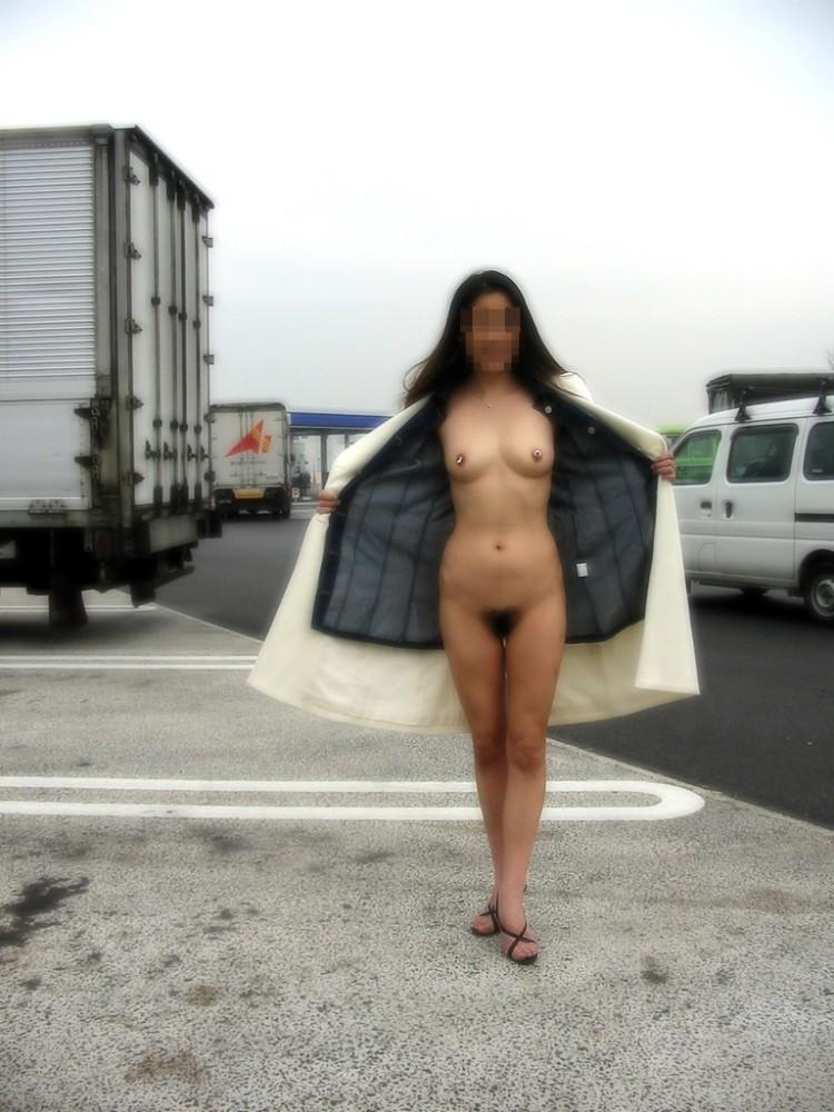 【野外露出エロ画像】地元じゃないから大胆な脱ぎっぷり!高速道路のサービスエリアで裸になってる露出狂www その4