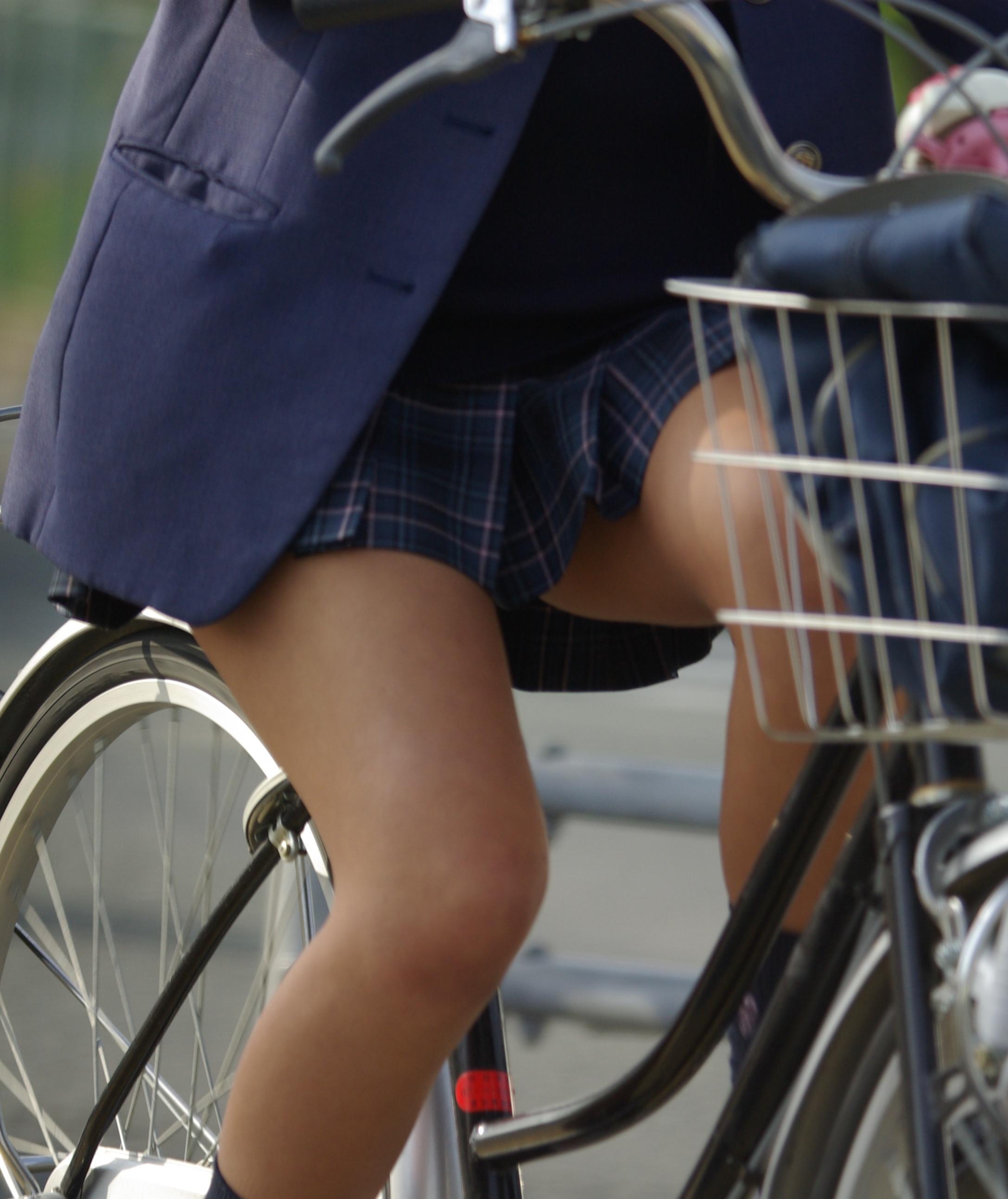 【自転車JKエロ画像】自転車通学する女子高生…ただそれだけでもエロ目線で見えてしまう街撮り画像 その5