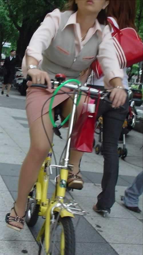 【自転車パンチラエロ画像】自転車通勤するOLさん…股間がチラチラエロ過ぎて脇見運転不可避wwww その3