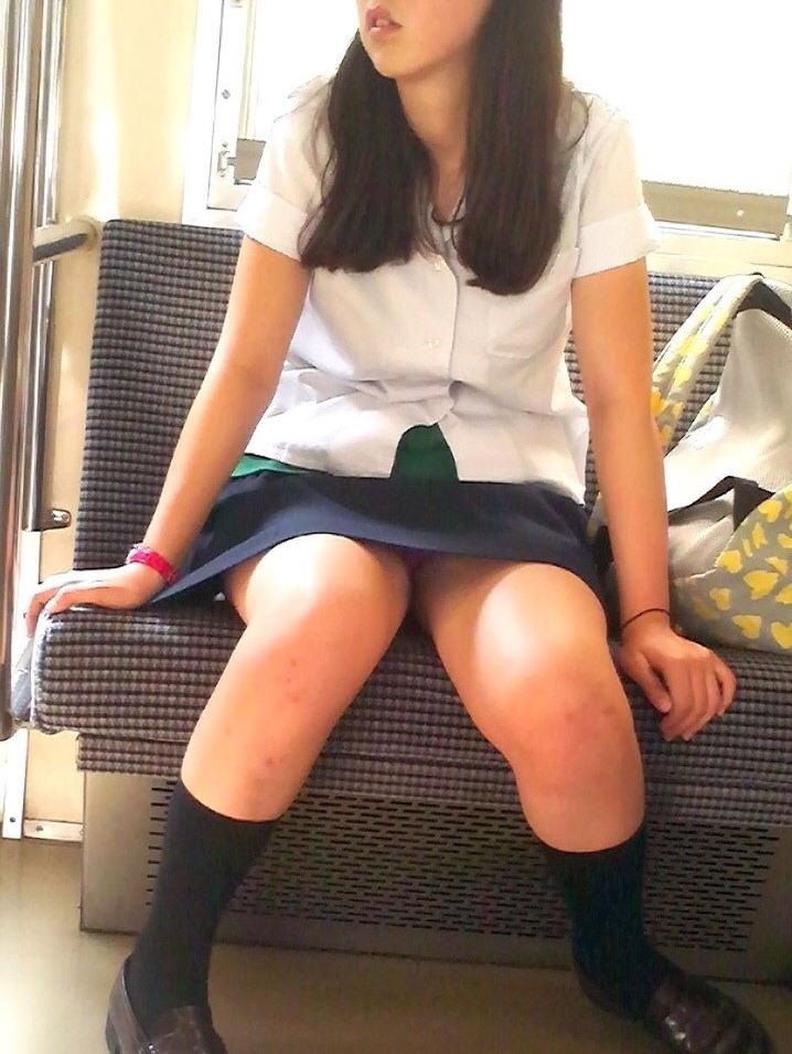 【電車内盗撮エロ画像】対面に座ったら勃起を抑える自信がない…女子高生の股間がエロ過ぎるwwww その12