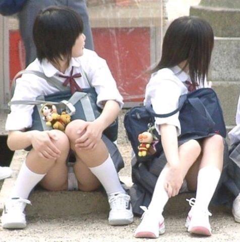【JKパンチラエロ画像】地味系女子高生の白綿パン…これぞ天然娘のパンチラが超興奮するwwww その1
