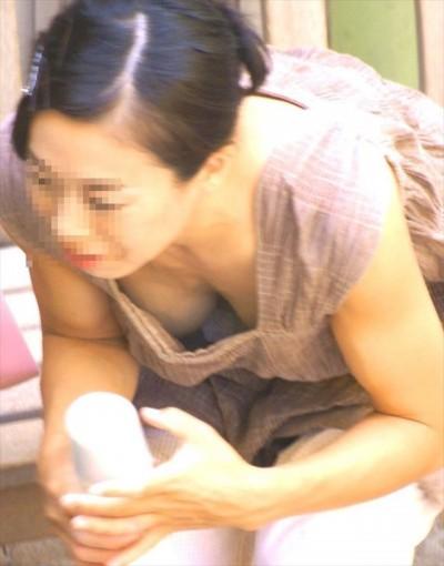 【子連れママ胸チラエロ画像】ママのおっぱいにはロマンが詰まってるwww子供に気をとられ緩々になった胸チラが勃起不可避www その4