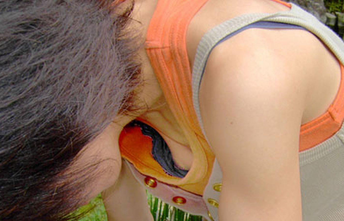 【胸チラエロ画像】貧乳娘がやらかした恥ずかしい黒歴史…乳首まで撮られちゃった胸チラ画像 その1
