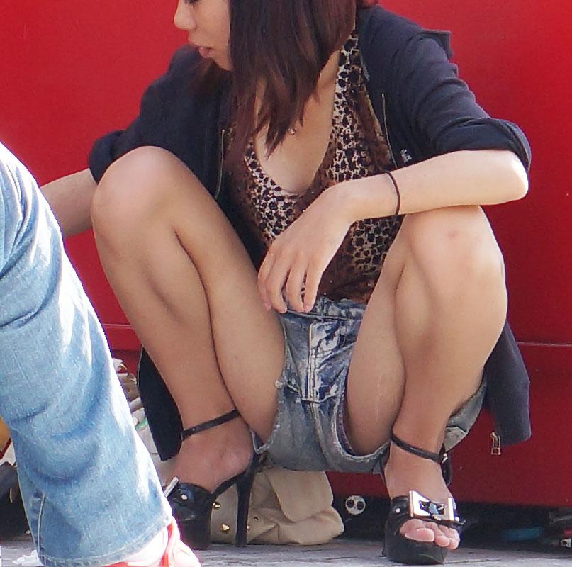【パンチラエロ画像】ショートパンツの股間からハミ出すパンチラが卑猥…足癖の悪い素人娘の隙間パンチラwww その6