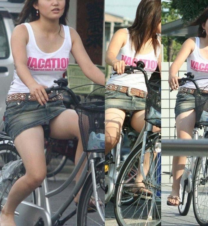 【デニムミニパンチラ】こんなの痴女だとしか思えない…デニムミニで自転車に乗ったら間違いなくパンチラするだろwwww その9