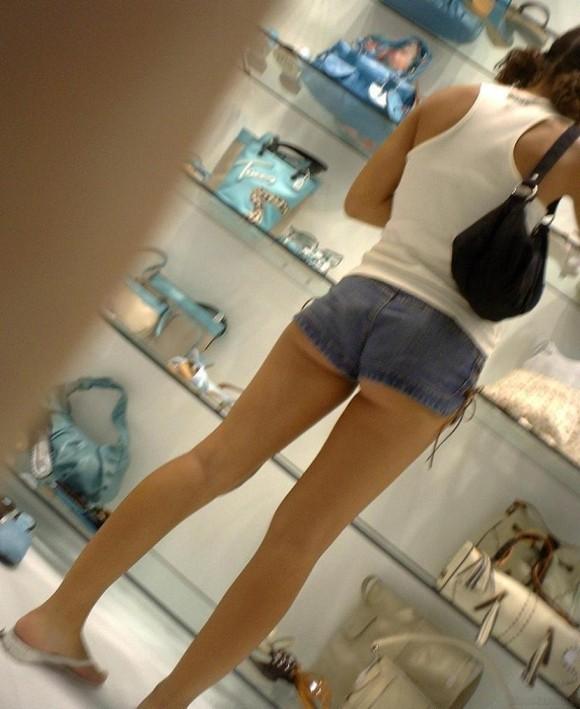 【ハミ尻エロ画像】ショートパンツからハミ出す尻肉がたまらない!痴女かと思うほどのお尻まる出し娘がこちらwwww その3