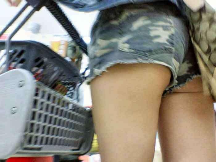 【ハミ尻エロ画像】ショートパンツからハミ出す尻肉がたまらない!痴女かと思うほどのお尻まる出し娘がこちらwwww その14