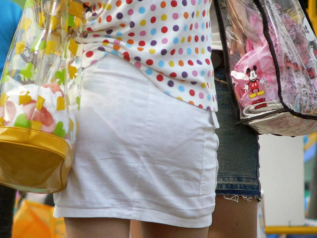 【透けパンエロ画像】頭おかしいだろっ!?思わずツッコミたくなるほどの透けパンで街中を歩くお姉さんwwww その10