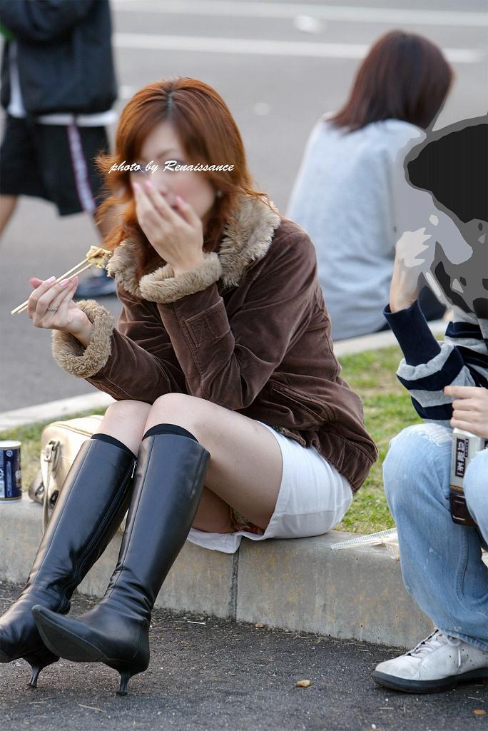 【街撮りパンチラエロ画像】無防備に晒された素人の股間…街中で偶然撮れたしゃがみパンチラが超エロいwww その3