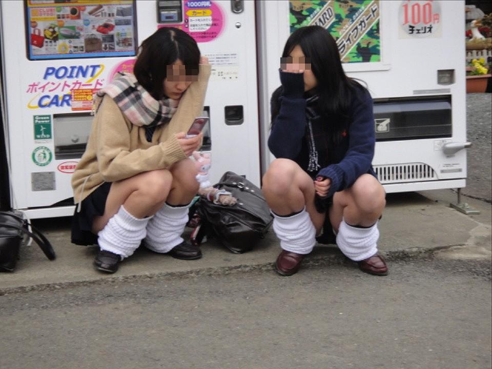 【街撮りパンチラエロ画像】無防備に晒された素人の股間…街中で偶然撮れたしゃがみパンチラが超エロいwww その6