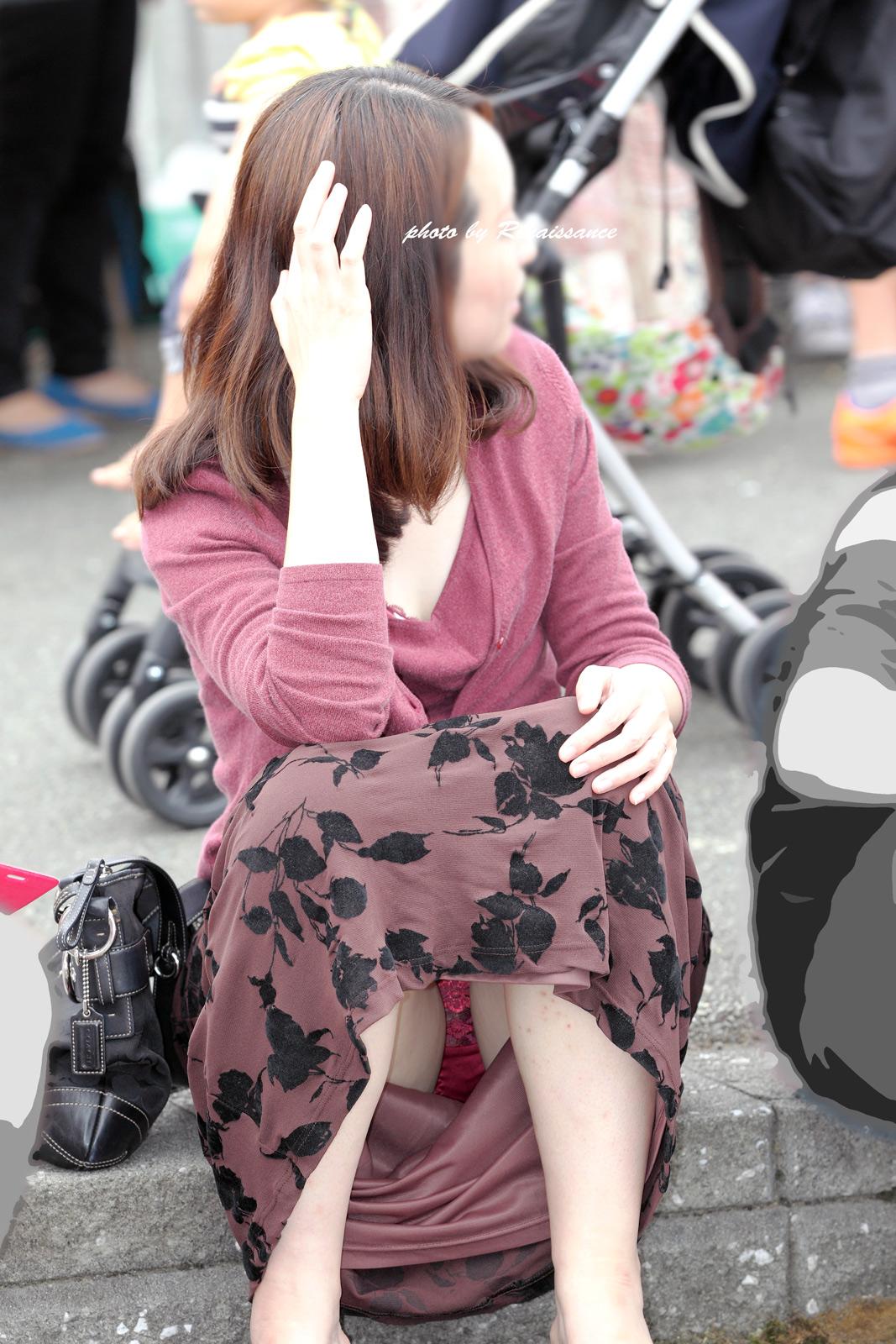 【街撮りパンチラエロ画像】無防備に晒された素人の股間…街中で偶然撮れたしゃがみパンチラが超エロいwww その9