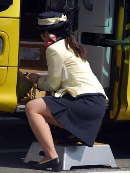 【バスガイドエロ画像】バスガイドさんのお尻がぐぅシコ…タイトスカートがパツンパツンではち切れそうwwww その7