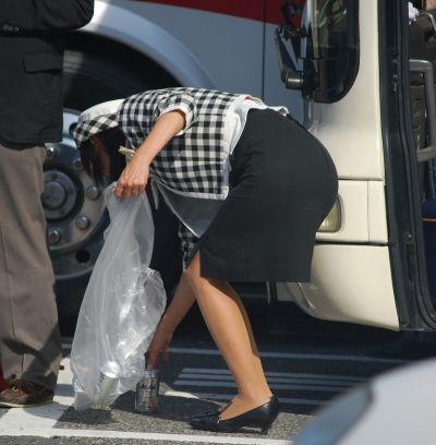 【バスガイドエロ画像】バスガイドさんのお尻がぐぅシコ…タイトスカートがパツンパツンではち切れそうwwww その11