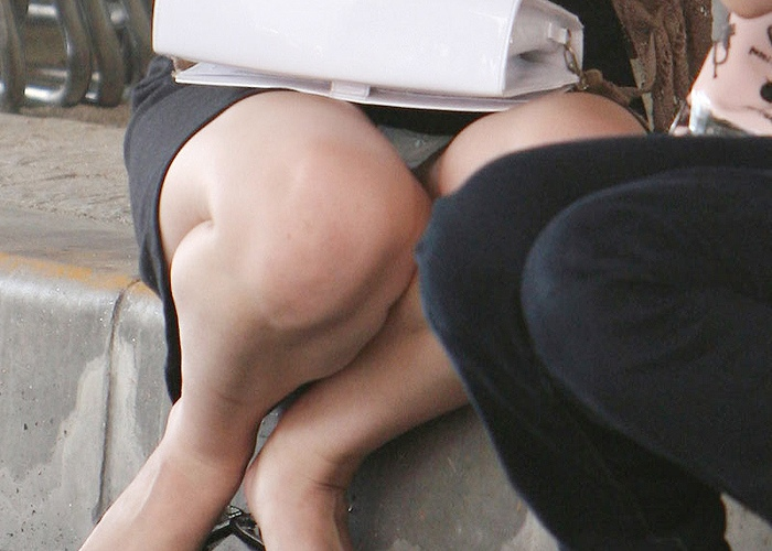 【OLパンチラエロ画像】街中で見られるリアルなOLさんのパンチラ…パンストに包まれた股間が卑猥だなwww その1