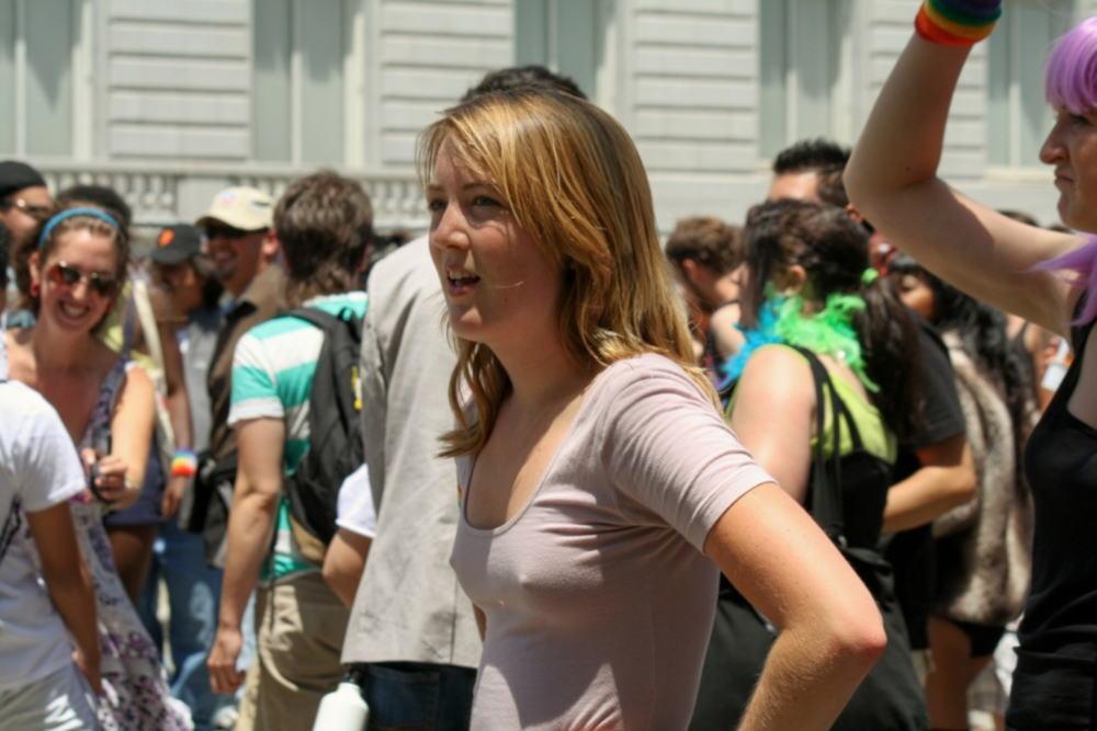 【透け乳首画像】薄着の季節が楽しみなのは海外も同じ…くっきり浮かび上がる透け乳首画像 その10
