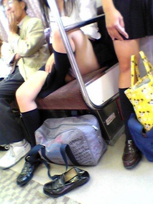 【電車内盗撮画像】衣替え終了!夏服になってお股ガバガバwww電車内で撮られた女子高生のパンチラ画像 その4