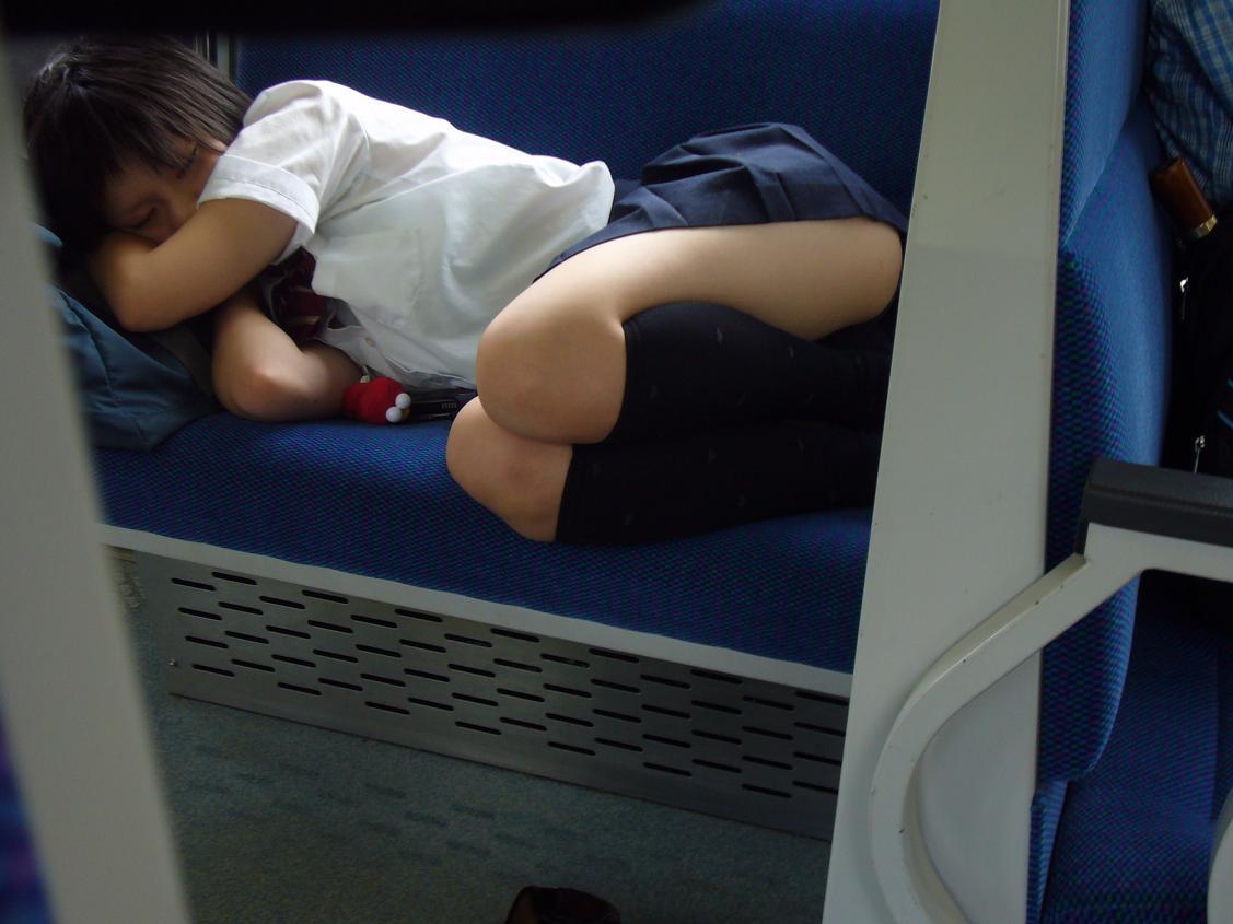 【電車内盗撮画像】衣替え終了!夏服になってお股ガバガバwww電車内で撮られた女子高生のパンチラ画像 その15