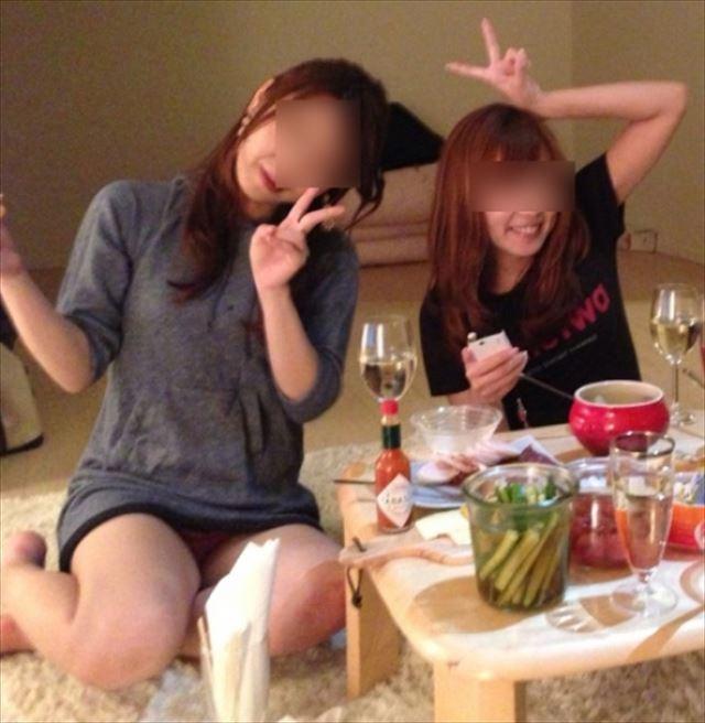 【飲み会パンチラ画像】これも雌アピール!?リア充女子が飲み会や女子会でやらかすパンチラ画像が超卑猥www その11