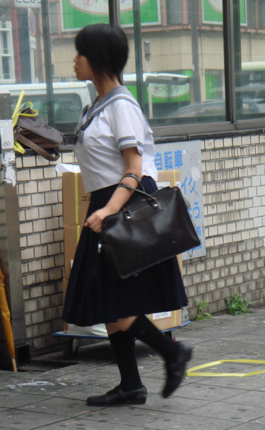 【JK着衣おっぱいエロ画像】これが成長期の膨らみ…制服の上から揉みたくなる女子高生の着衣おっぱい画像 その8