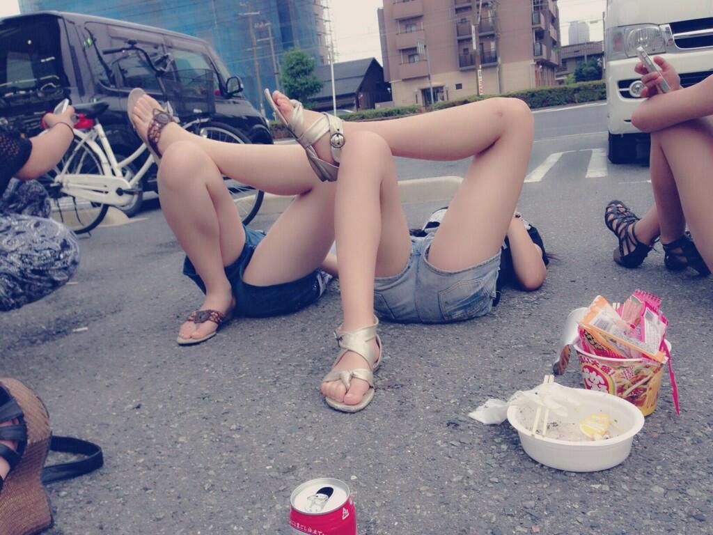 【太ももエロ画像】夏を満喫するリア充女子のむっちり太ももがそそるショーパン画像 その15