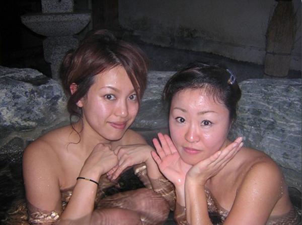 【露天風呂エロ画像】彼氏や女友達と温泉旅行!露天風呂で撮った記念写真は当然、全裸なインスタ画像 その8