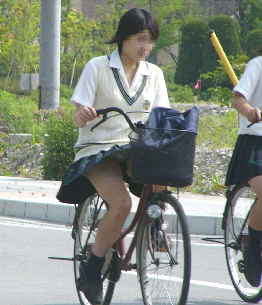 【自転車パンチラ画像】自転車通学中の女子高生から目が離せない…キワドい下半身にむらむらするパンチラ画像 その1