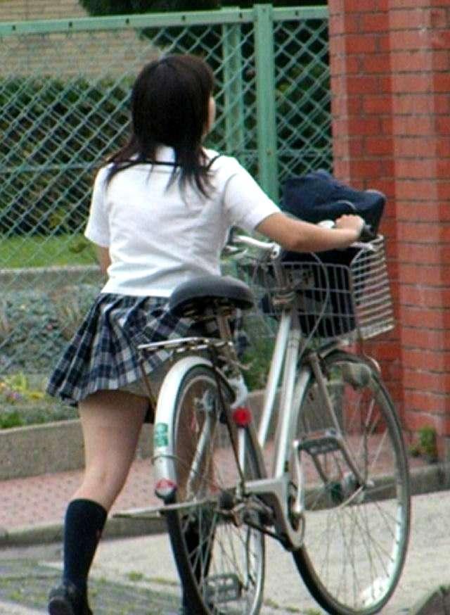 【自転車パンチラ画像】自転車通学中の女子高生から目が離せない…キワドい下半身にむらむらするパンチラ画像 その10