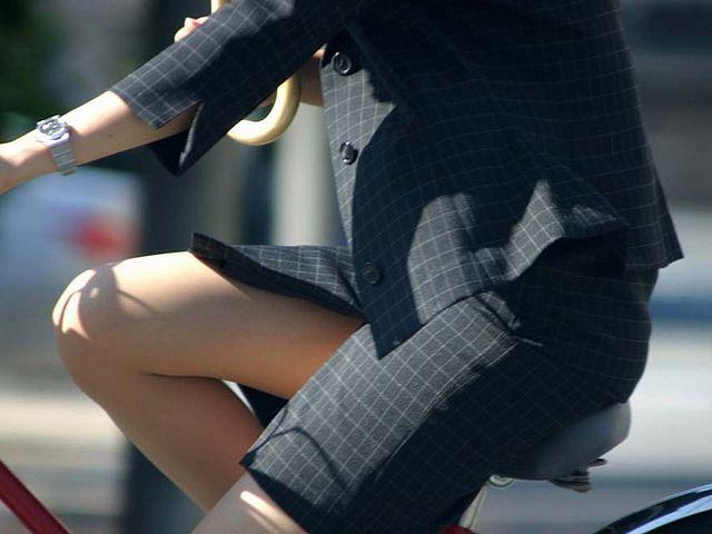 【スリットエロ画像】スカートのスリットから見える太ももに思わずチンピク!街中で勃起しそうになる美脚がこちらwww その5