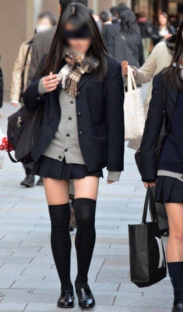 【ミニスカニーソエロ画像】やっぱ女子高生の太ももって最高!!制服のミニスカ+ニーソの組み合わせにチンポがビンビンですよwww その3