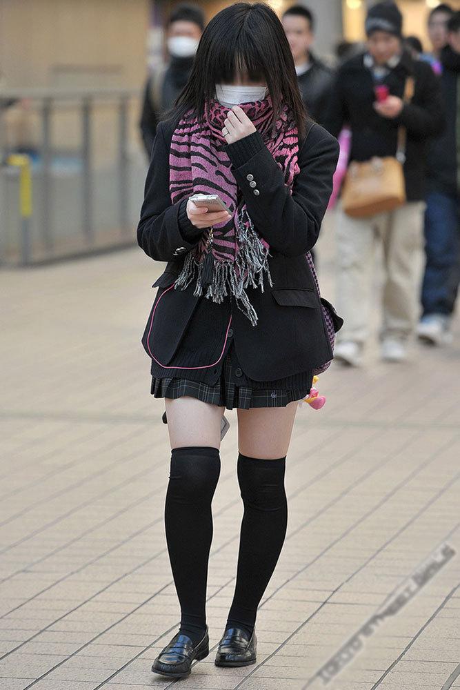 【ミニスカニーソエロ画像】やっぱ女子高生の太ももって最高!!制服のミニスカ+ニーソの組み合わせにチンポがビンビンですよwww その7