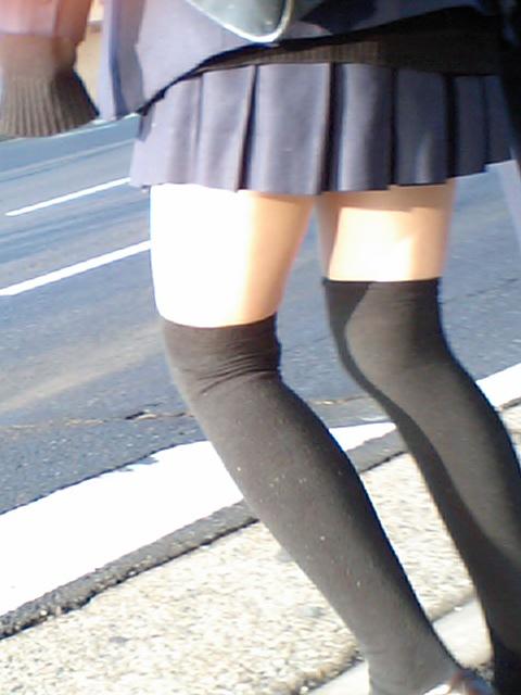 【ミニスカニーソエロ画像】やっぱ女子高生の太ももって最高!!制服のミニスカ+ニーソの組み合わせにチンポがビンビンですよwww その9