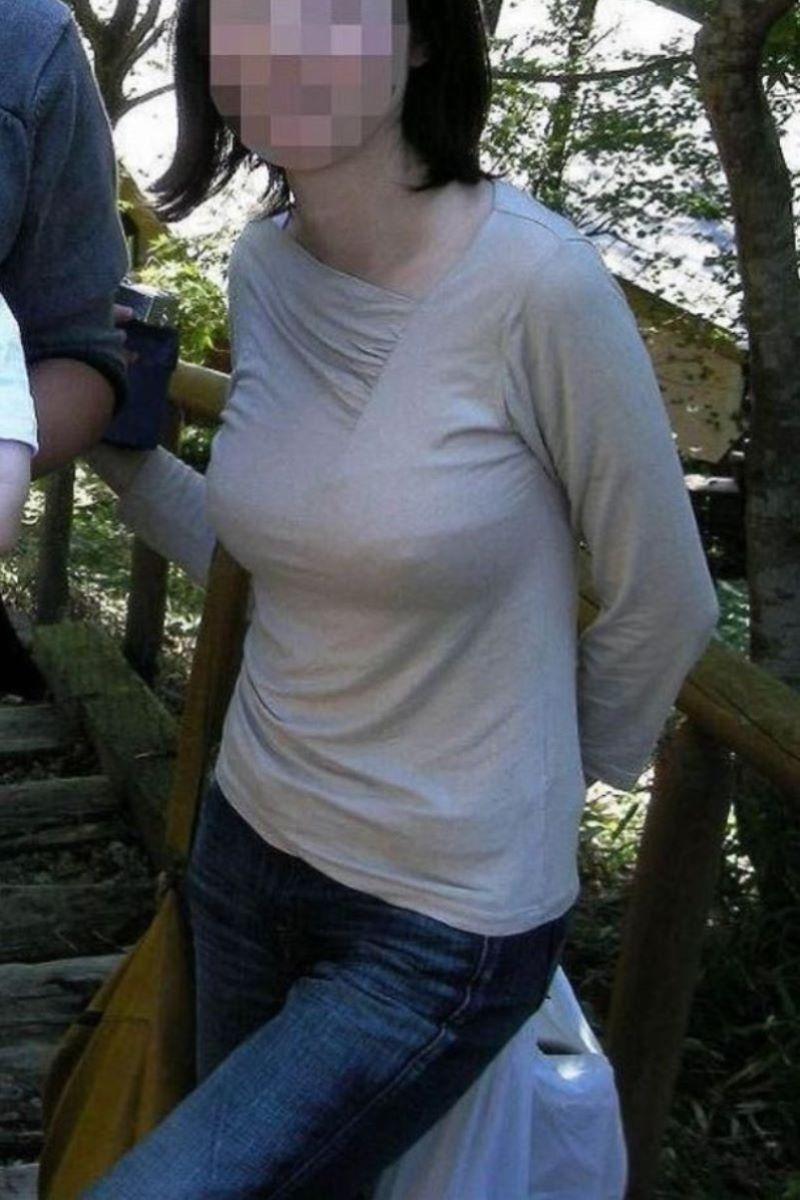 【ノーブラエロ画像】ポチっと膨らんだ突起が顔見不可避…男の視線を釘付けにするノーブラ女子の乳首ポッチwww その2