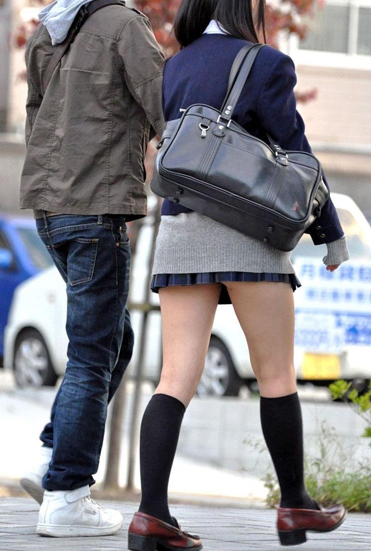 【街撮りJKエロ画像】寒くてもキレッキレ!尋常じゃないほど短いスカートで生足露出する女子高生www その7