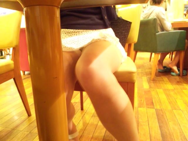 【パンチラ画像】飲食店はパンチラだらけ…テーブルのしたからスマホで撮影したら卑猥な股間まる見えwww その7
