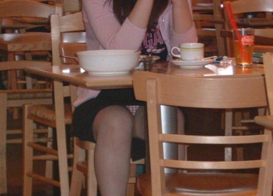 【パンチラ画像】飲食店はパンチラだらけ…テーブルのしたからスマホで撮影したら卑猥な股間まる見えwww その15