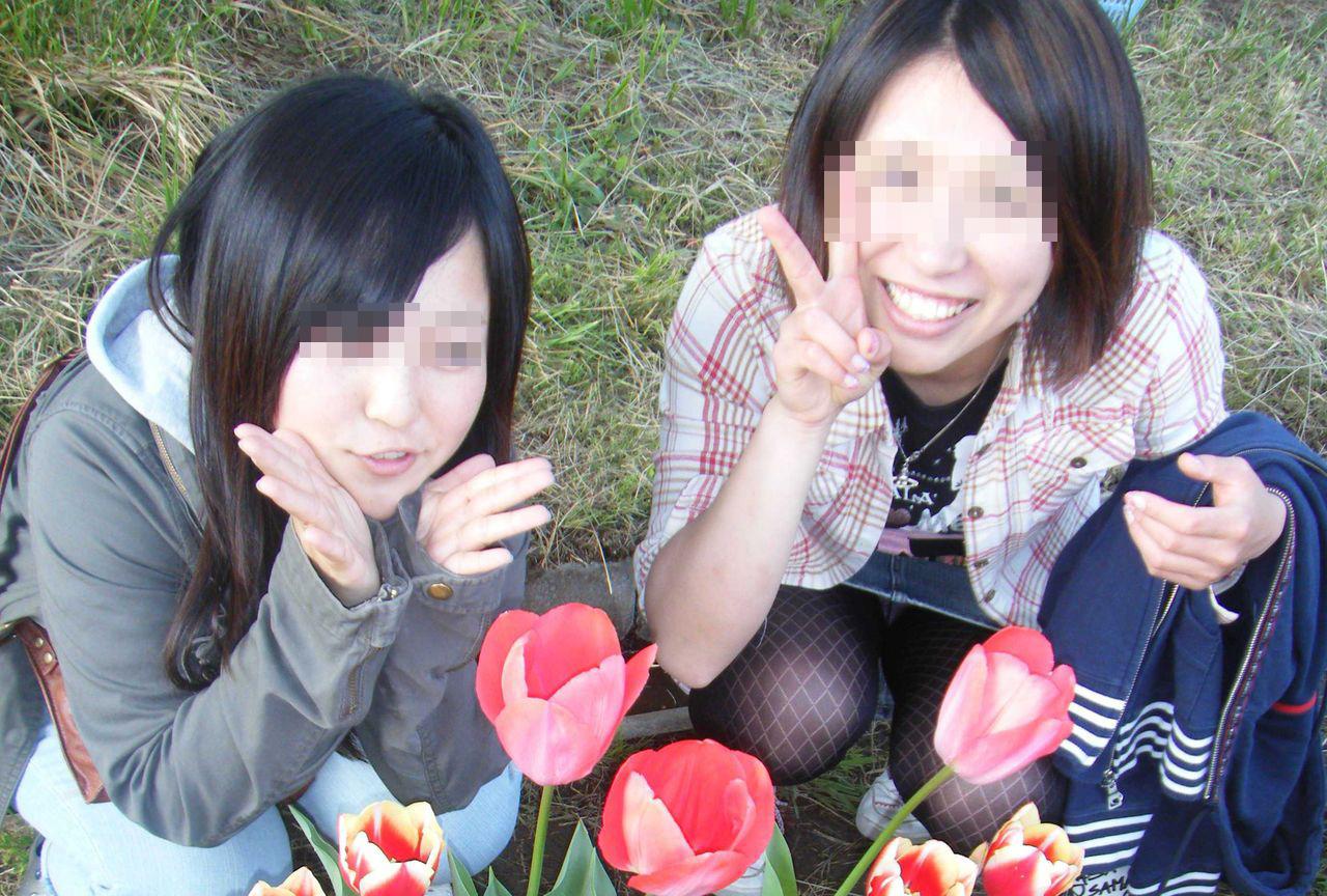 【集合パンチラエロ画像】友達のパンチラをSNSで全世界公開…リア充女子の集合写真はパンチラだらけやなwww その2