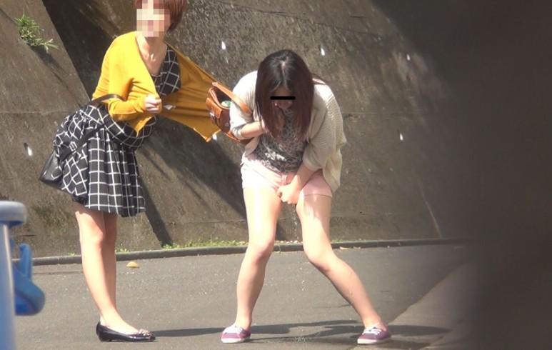 【お漏らしエロ画像】女性にとって人生最大の失態…公共の場所でお漏らししちゃった失禁画像www その11