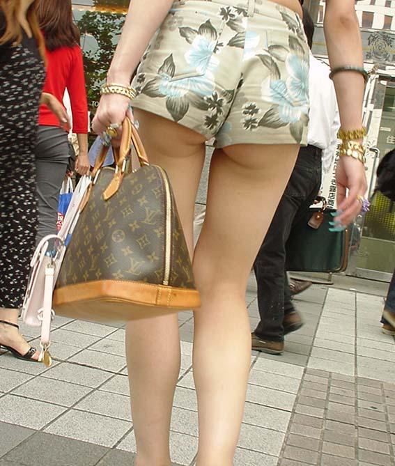 【ホットパンツエロ画像】これをファッションと呼ぶのか…ガッツリ尻肉はみ出すホットパンツのお尻がただの痴女ですやんwww その13