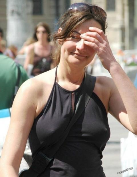 【パイスラエロ画像】ノーブラなのにカバンをたすき掛けする痴女がこちらです…ぷっくり乳首がちょーそそるノーブラ・パイスラwww その11